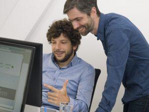 Teaser Arbeiten bei FORLIFE 2 Männer Computer
